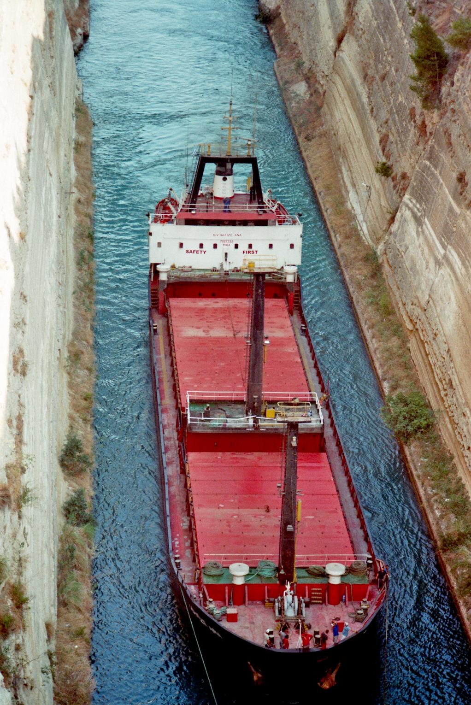 Im Kanal von Korinth