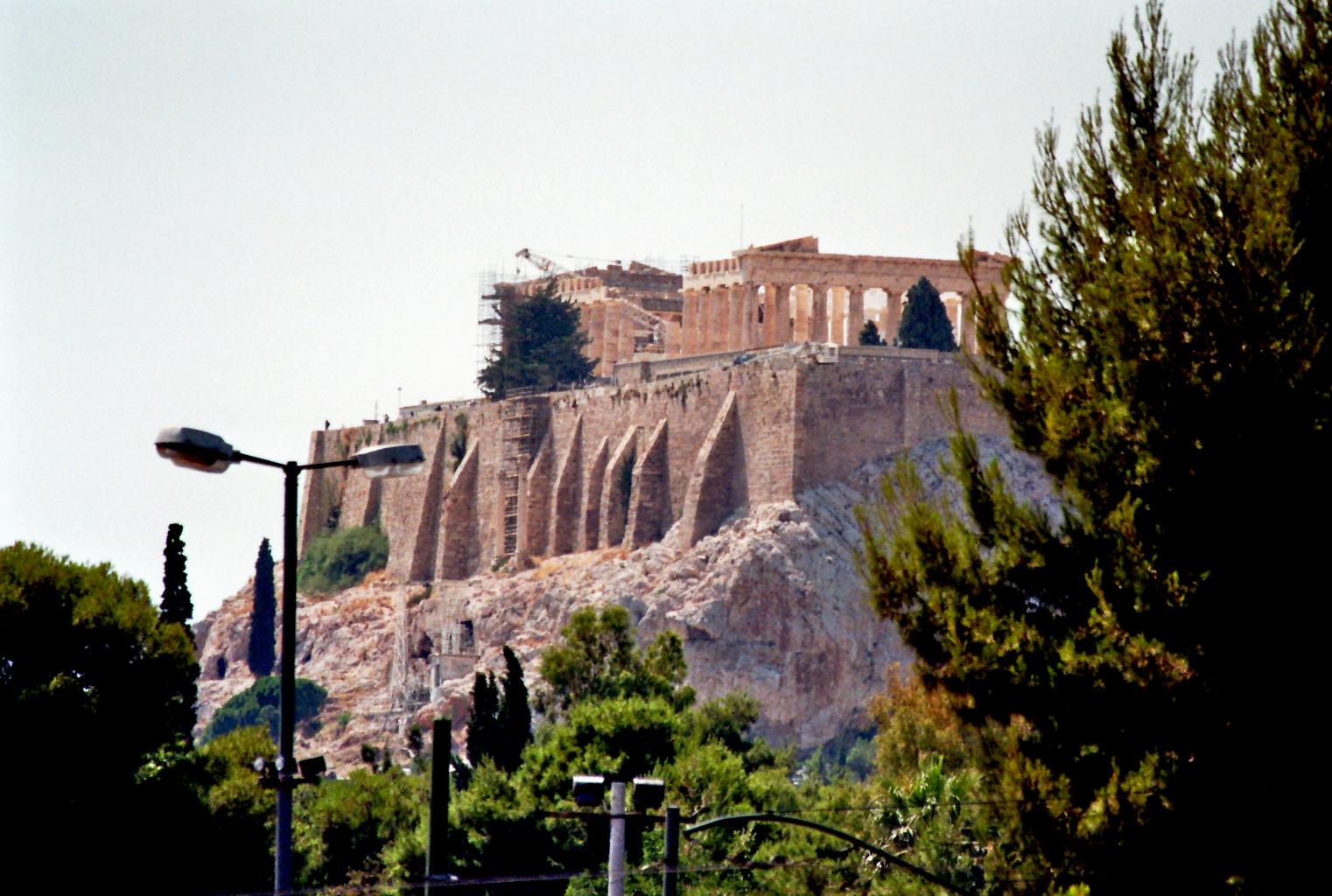 Blick von der Strasse auf die Akropolis (Athen)