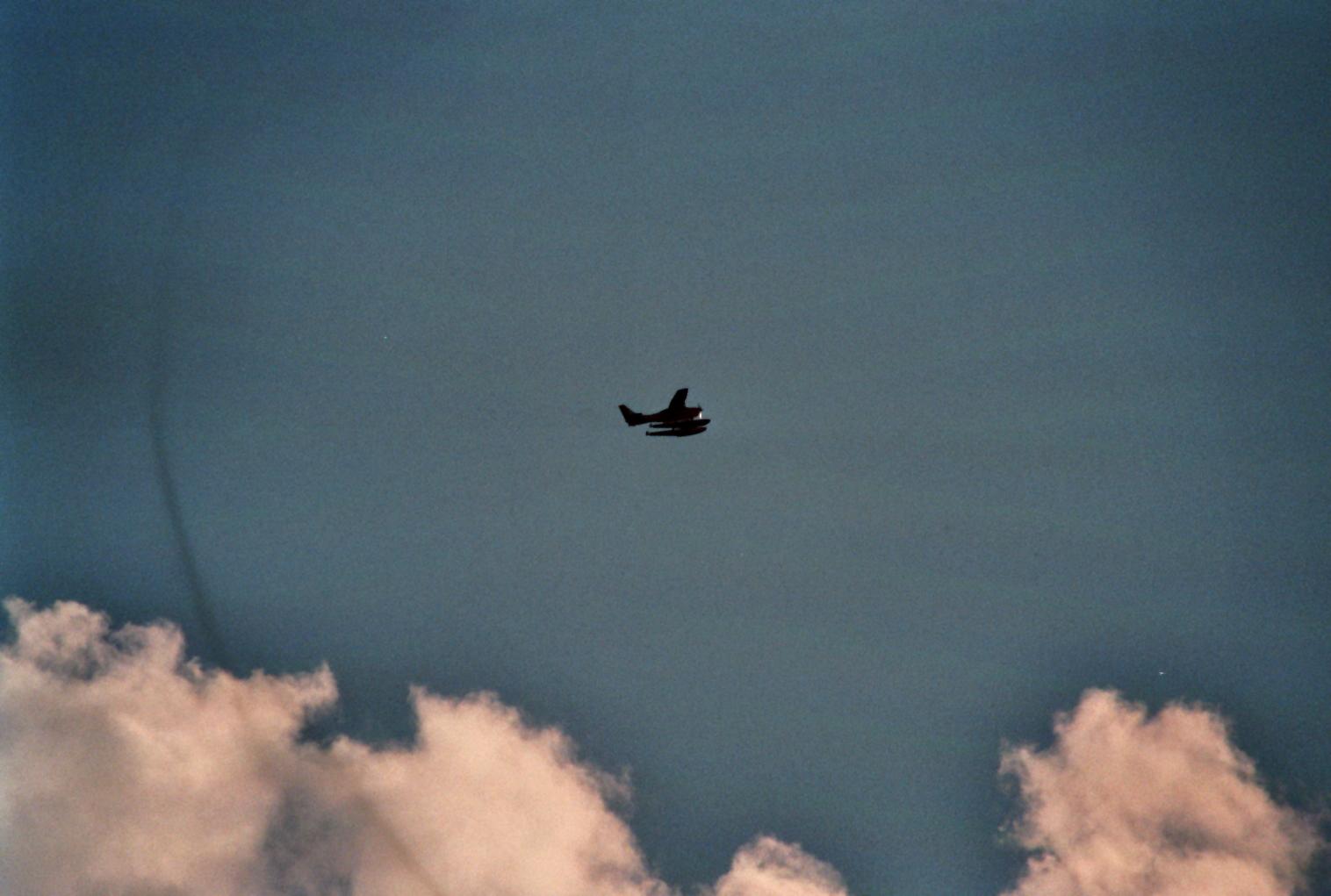 Wasserflugzeug im Gegenlicht