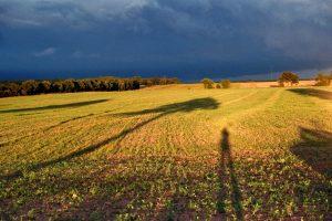 Schattenspiele unterm Gewitterhimmel