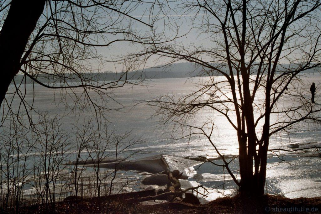 Blick vom Ufer im Zwielicht