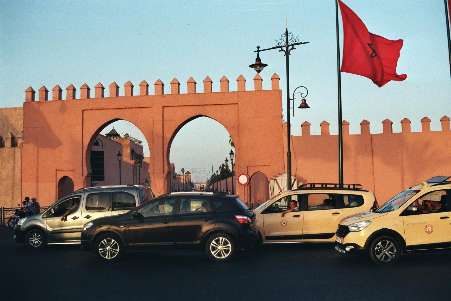 Verkehr am Stadttor Marrakesch