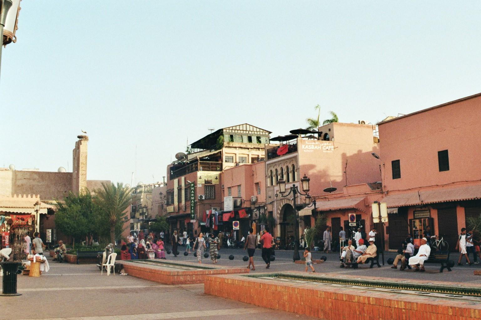 Treiben endlang der Stadtmauer in Marrakesch