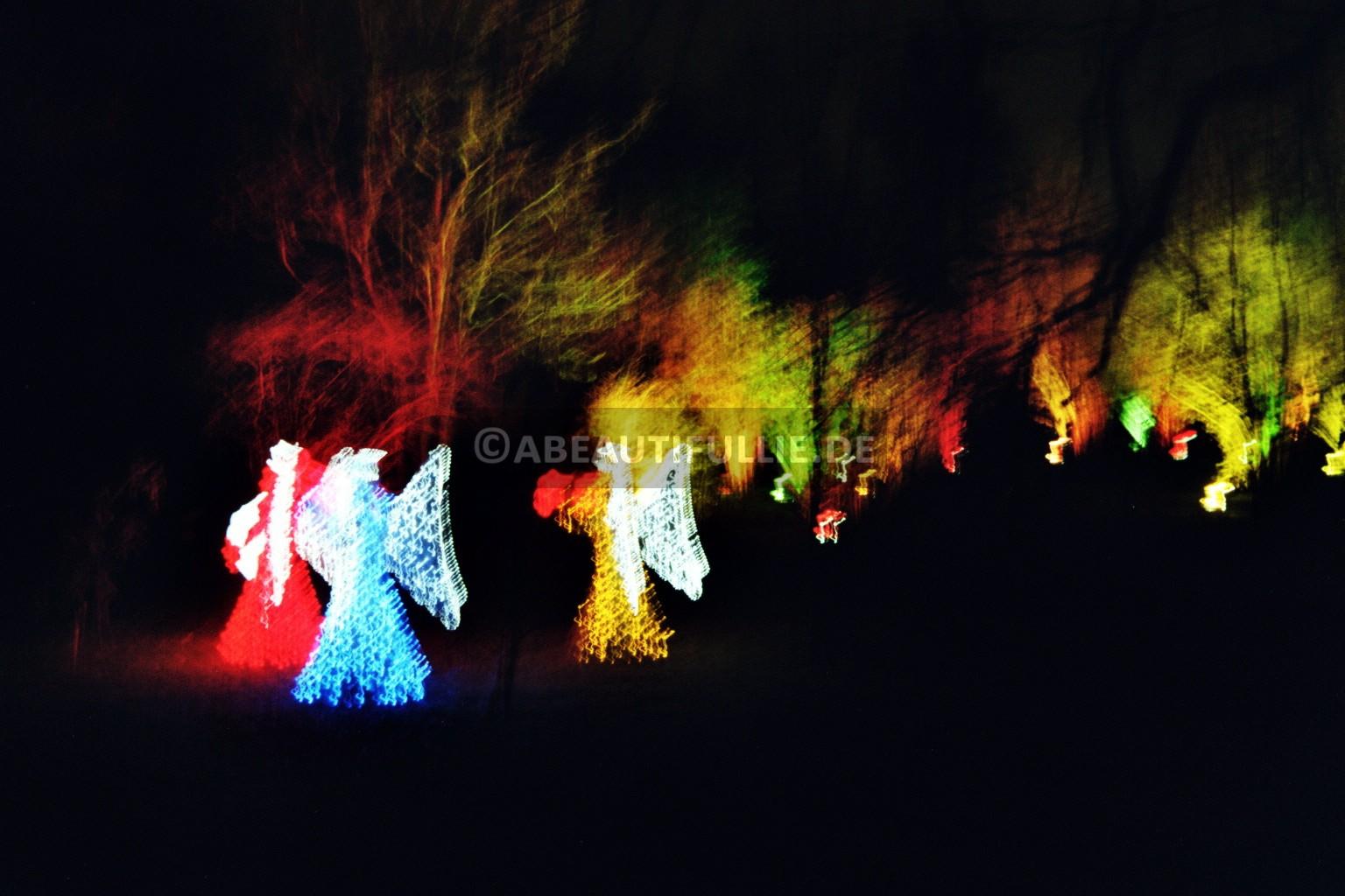 Engel unter Bäumen