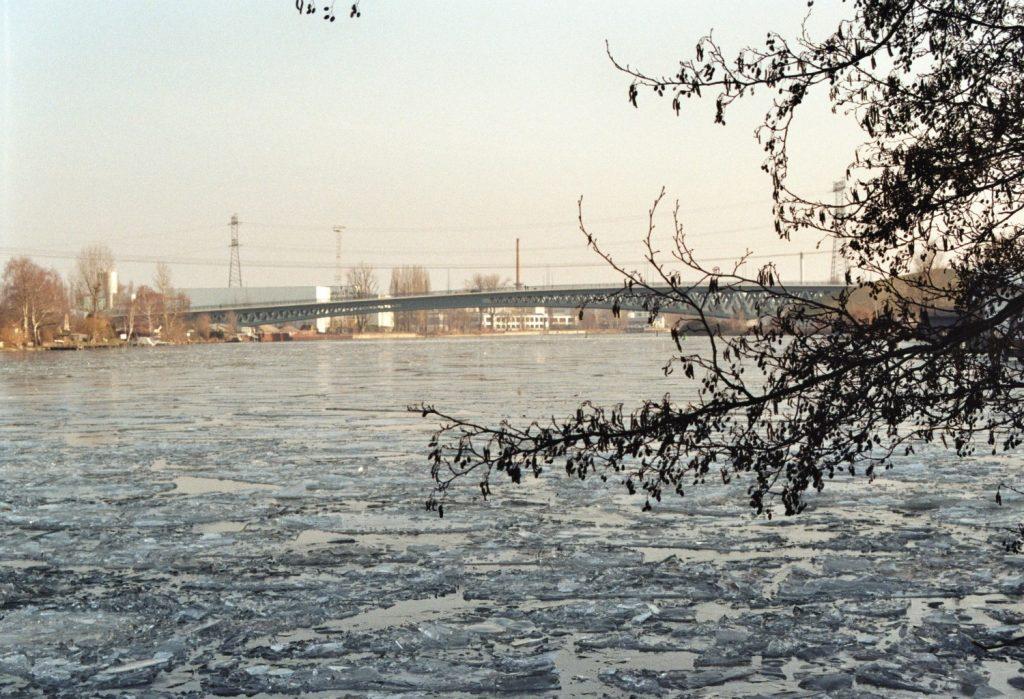 Eis vor der Minna-Todenhagen-Brücke