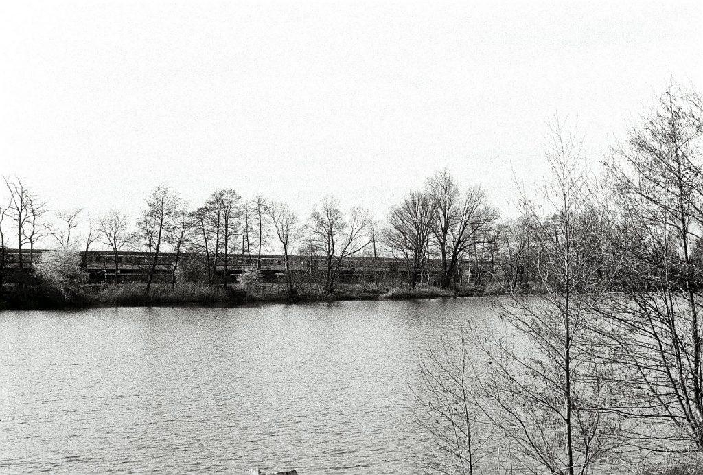 Kleiner See an der Zugstrecke