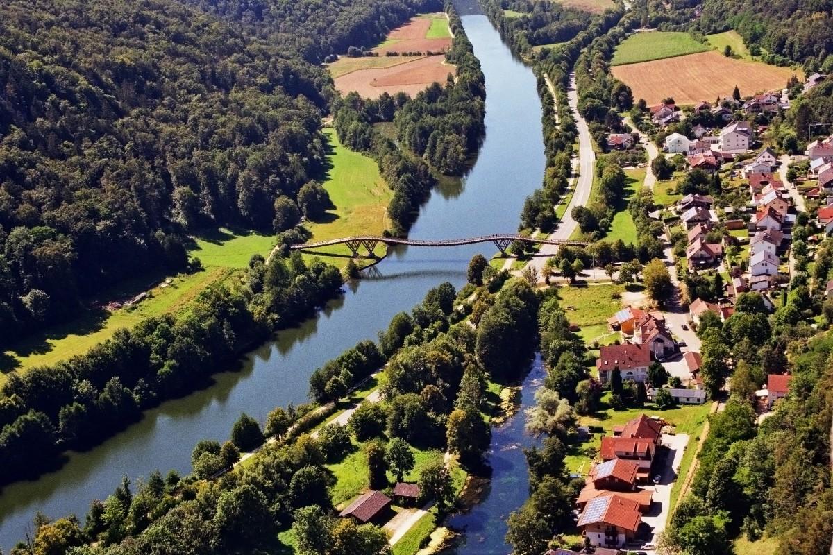 """Holzbrücke """"Tatzlwurm"""", Essing"""