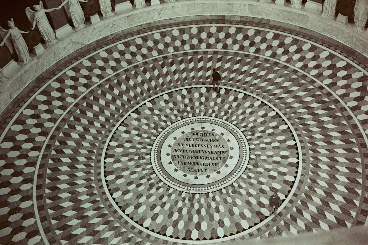 Inschrift am Boden