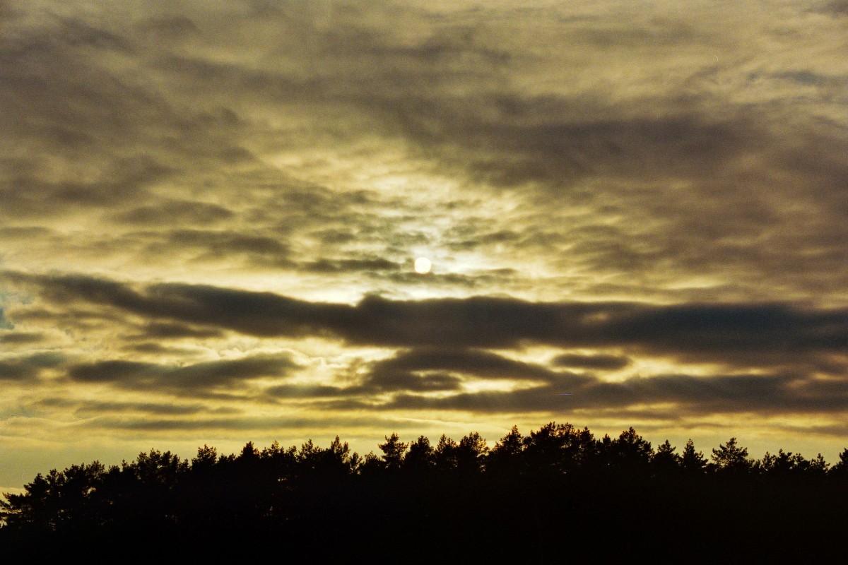 Sonne hinter dem Wolkenvorhang